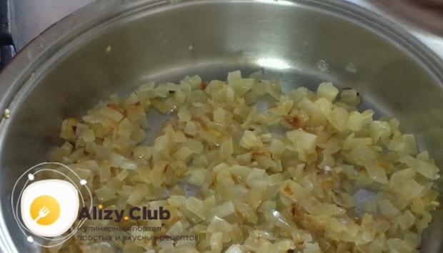 Для приготовления лазаньи из лаваша с фаршем в духовке обжарьте лук.