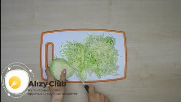 Натрите морковь для приготовления лазаньи из лаваша