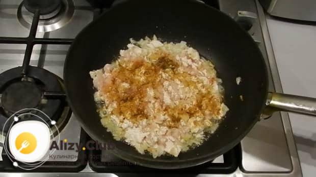 Обжарьте фарш для приготовления лазаньи из лаваша