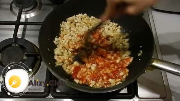 Добавьте томатную пасту для приготовления лазаньи из лаваша