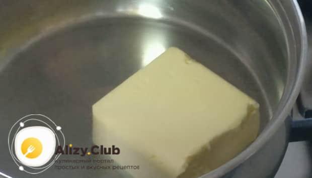 Для приготовления лазаньи из лаваша с фаршем в духовке растопите масло.