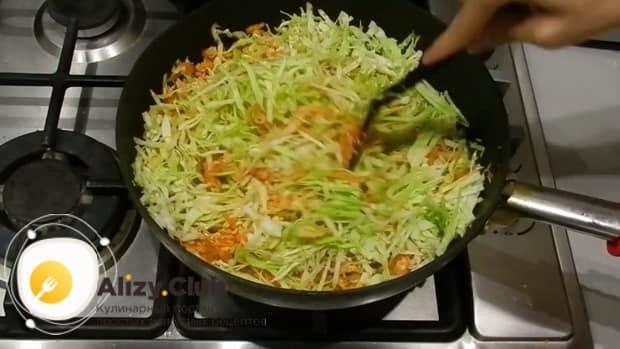 Добавьте капусту для приготовления лазаньи из лаваша