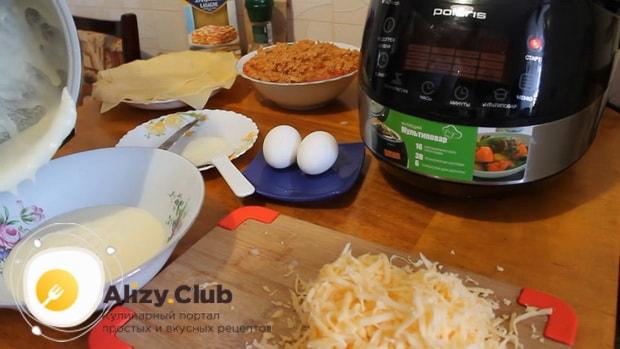 Для приготовления лазаньи с фаршем по рецепту в мультиварке, натираем сыр.