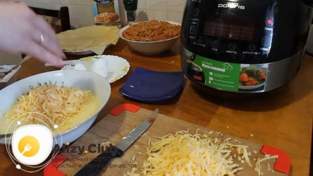 Для приготовления лазаньи с фаршем по рецепту в мультиварке, добавляем сыр.
