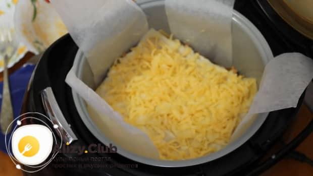 Для приготовления лазаньи с фаршем по рецепту в мультиварке, посыпаем сыр.