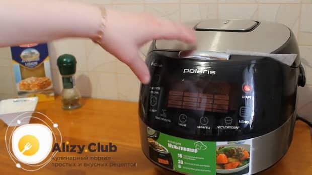 Для приготовления лазаньи с фаршем по рецепту в мультиварке, включаем нужный режим.