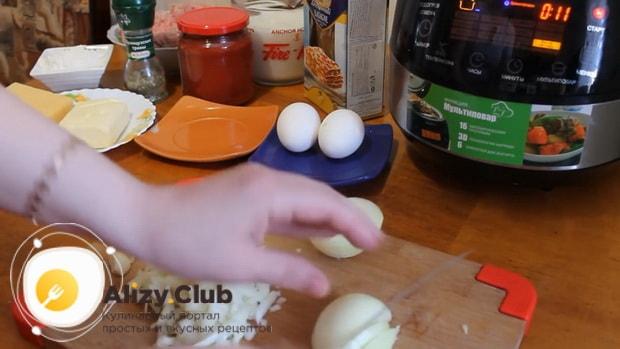 Для приготовления лазаньи с фаршем по рецепту в мультиварке, нарежем лук.