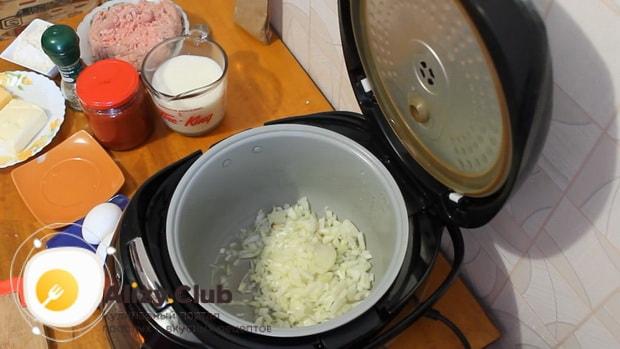Для приготовления лазаньи с фаршем по рецепту в мультиварке, обжариваем лук.