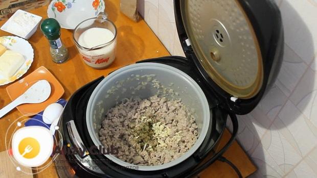 Для приготовления лазаньи с фаршем по рецепту в мультиварке, добавляем специи.