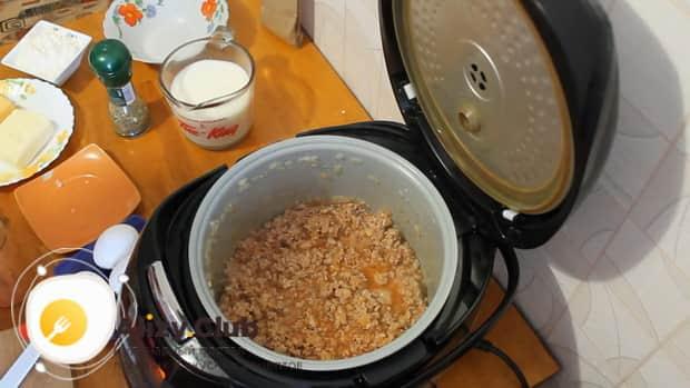 Для приготовления лазаньи с фаршем по рецепту в мультиварке, добавляем томатную пасту.