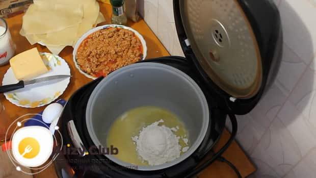 Для приготовления лазаньи с фаршем по рецепту в мультиварке, готовим бешамель.