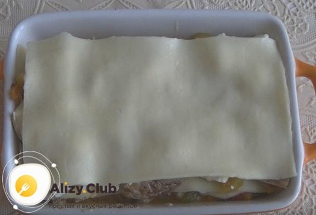 Верхним слоем блюда делаем листы теста.