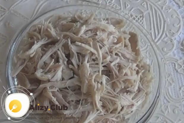 Куриное мясо отвариваем до готовности и нарезаем либо разделяем на волокна.