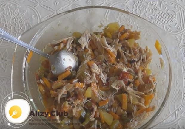 Перемешиваем мясо с овощным консервированным салатом.