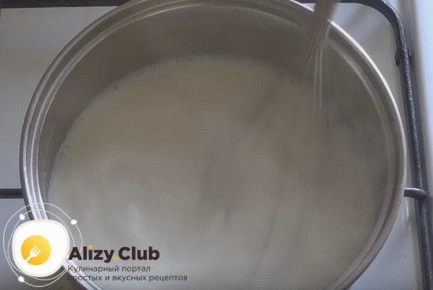 Поджарив муку на сливочном масле, заливаем ее молоком.