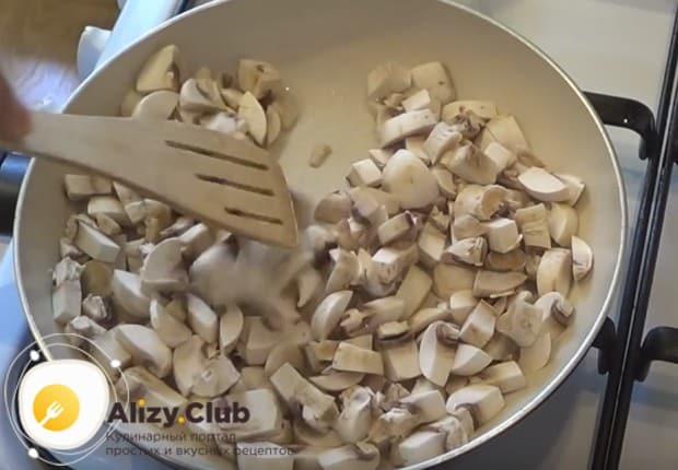 Нарезав грибы кубиком, слегка обжариваем их на разогретой сковороде.