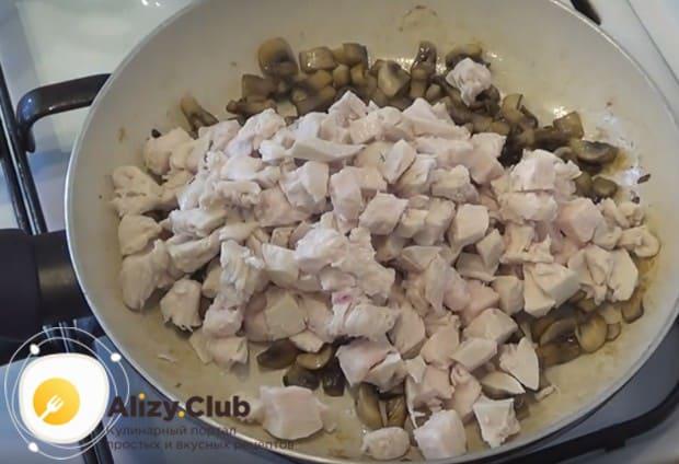 Нарезанное мясо выкладываем в сковороду к грибам.