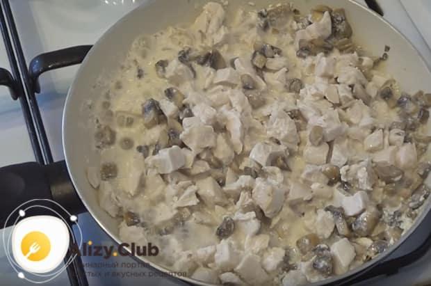 Добавляем к находящимся на сковородке ингредиентам сливки и тушим все вместе еще немного.