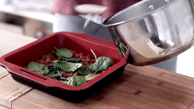 Для приготовления лазаньи по классическому рецепту, выкладываем слои.
