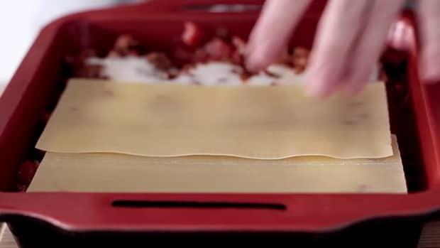 Для приготовления лазаньи по классическому рецепту, ложем слой теста.