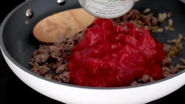 Для приготовления лазаньи по классическому рецепту, добавляем к фаршу томаты.