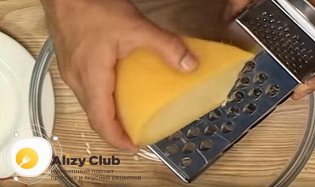 Натираем на крупную терку сыр