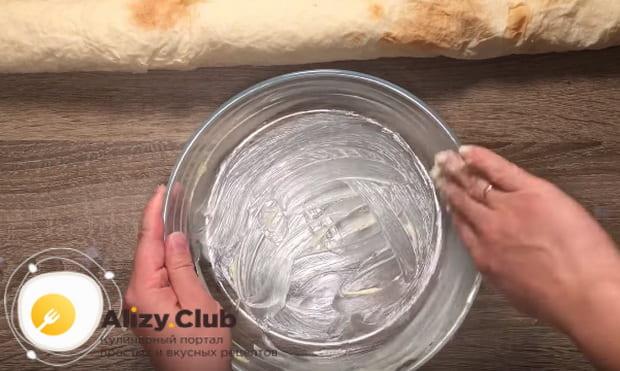 Форму мажем сливочным маслом