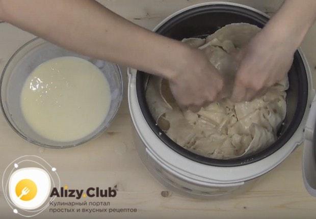 Снова делаем слой из кусочков лаваша, смоченных в кефирно-яичной смеси.