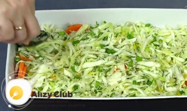 Выкладываем половину овощной смеси