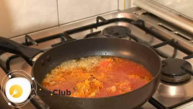 К моркови и луку добавляем томатный сок