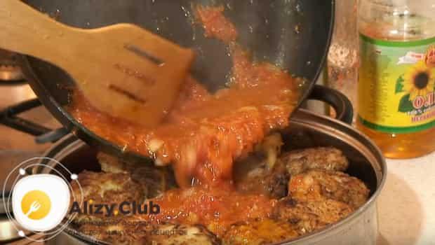 Ленивые голубцы в кастрюле заливаем приготовленным соусом