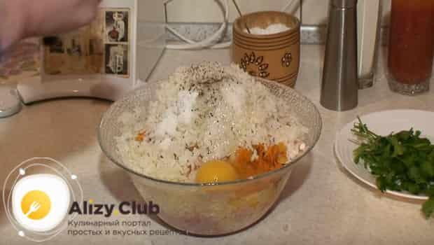 В миску добавляем рис с яйцом и специями