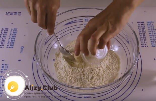 Чтобы приготовить заварное тесто, сначала добавляем соль в муку и перемешиваем.