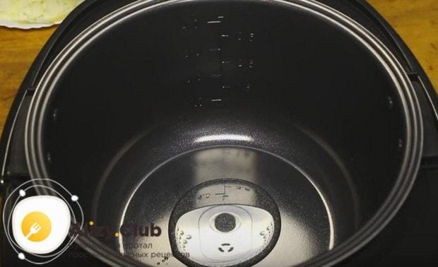 Включив режим жарки в мультиварке, наливаем в нее немного растительного масла.