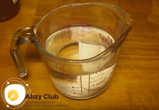 В теплую воду добавляем сметану.