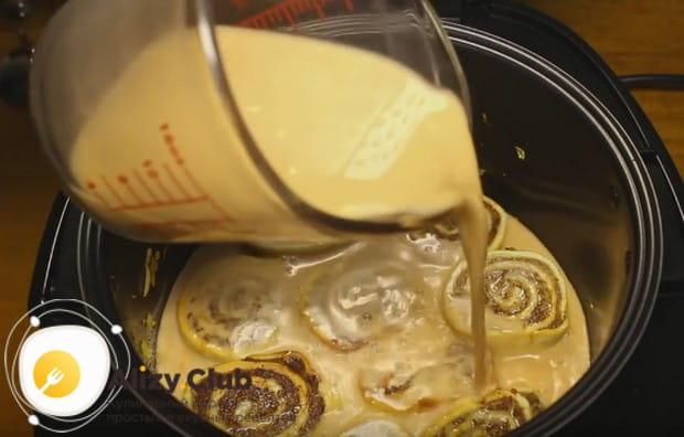 Заливаем полученным соусом наши пельмени.