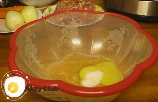 Для приготовления теста смешиваем яйцо с солью.