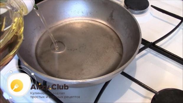 Для приготовления ленивых пирожков разогрейте масло.