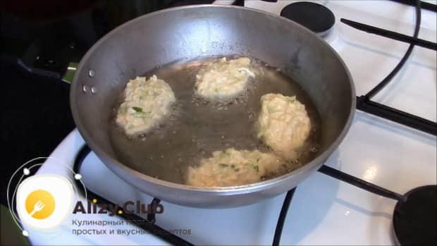 Для приготовления ленивых пирожков аккуратно вложите тесто на сковородку.