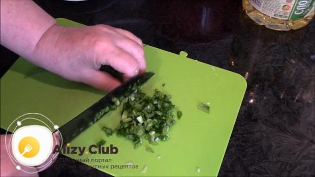 Перед тем как приготовить ленивые пирожки на кефире, нарежьте лук.