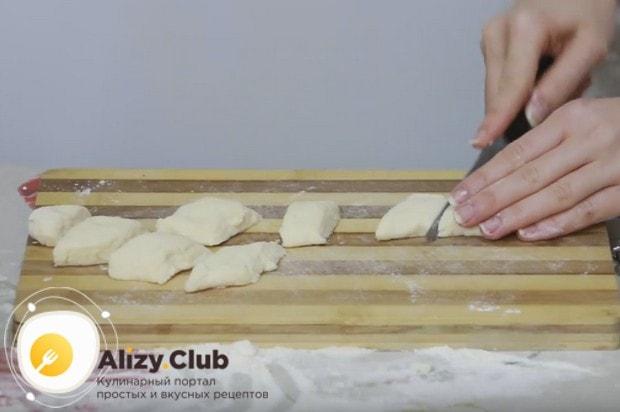 Формируем из теста колбаску и нарезаем ее на самые вкусные ленивые вареники.