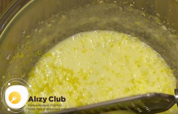 На терке натираем цедру лимона прямо в тесто.