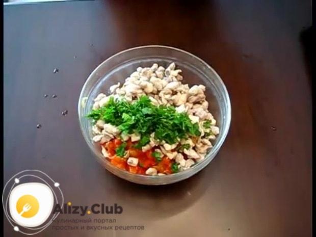 Измельчаем 2-3 веточки зелени петрушки и 1-2 зубчика чеснока