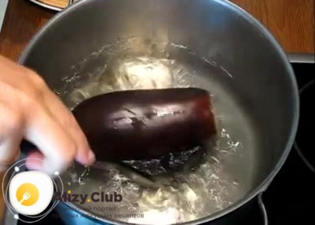 Вынимаем баклажаны из кастрюли