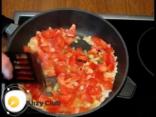 Туда же выкладываем нарезанные томаты
