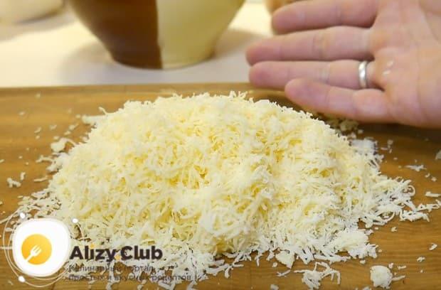 На мелкой терке натираем твердый сыр.