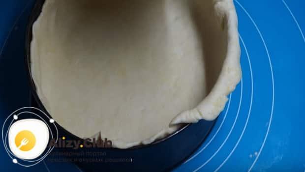 Укладываем тесто в форму
