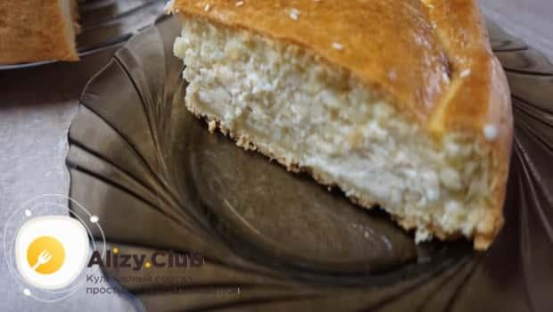 Готовый луковый пирог с плавленным сыром подаем на стол