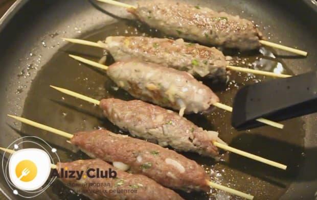 Посмотрите, как готовить люля-кебаб на сковороде.