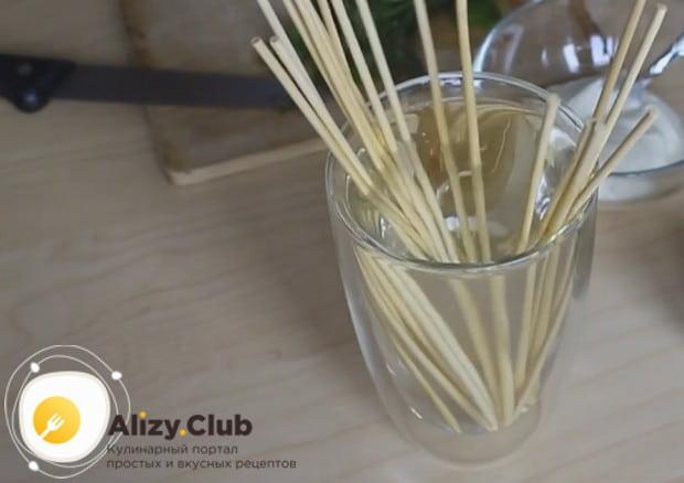 Деревянные шпажки для приготовления блюда важно замочить в воде, чтобы они потом не горели.